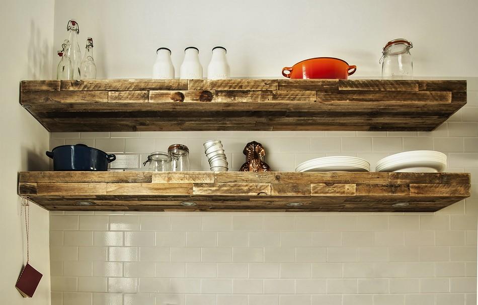 Массивные полки из натурального дерева в интерьере кухни
