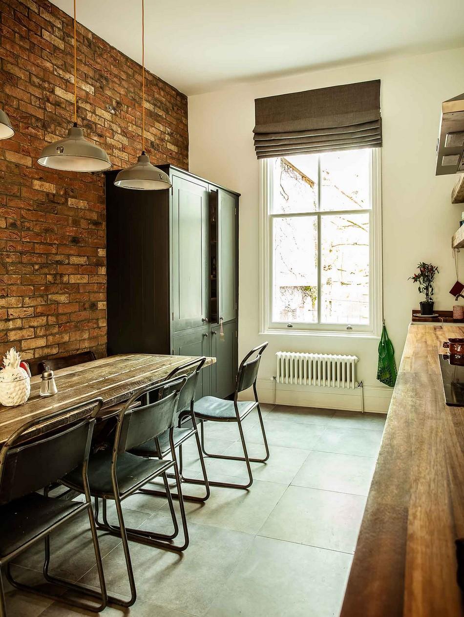 Оригинальные серо-бежевые светильники в интерьере кухни