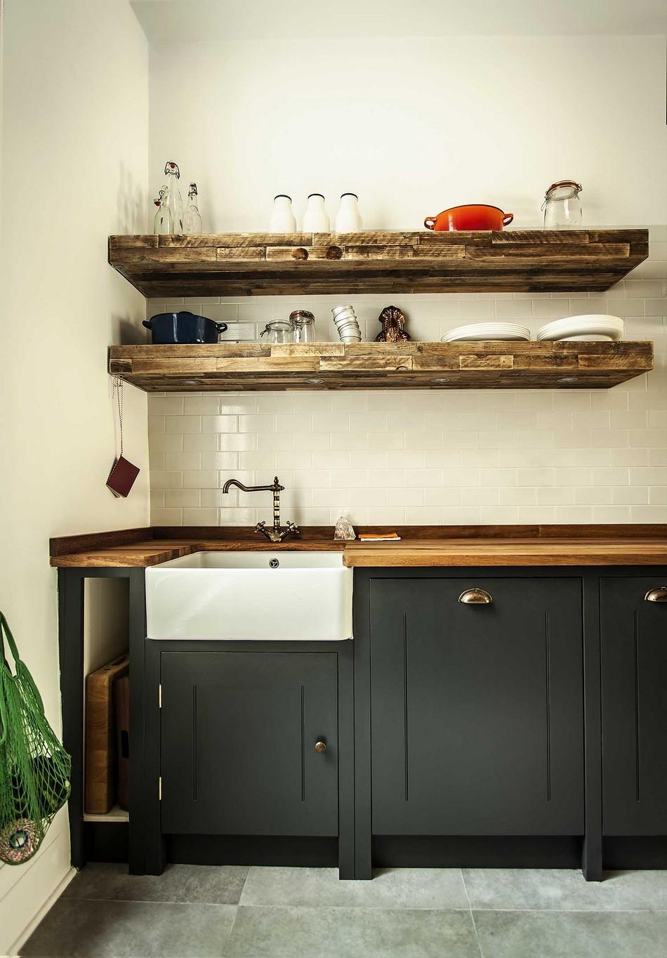 Белая прямоугольная раковина в интерьере кухни