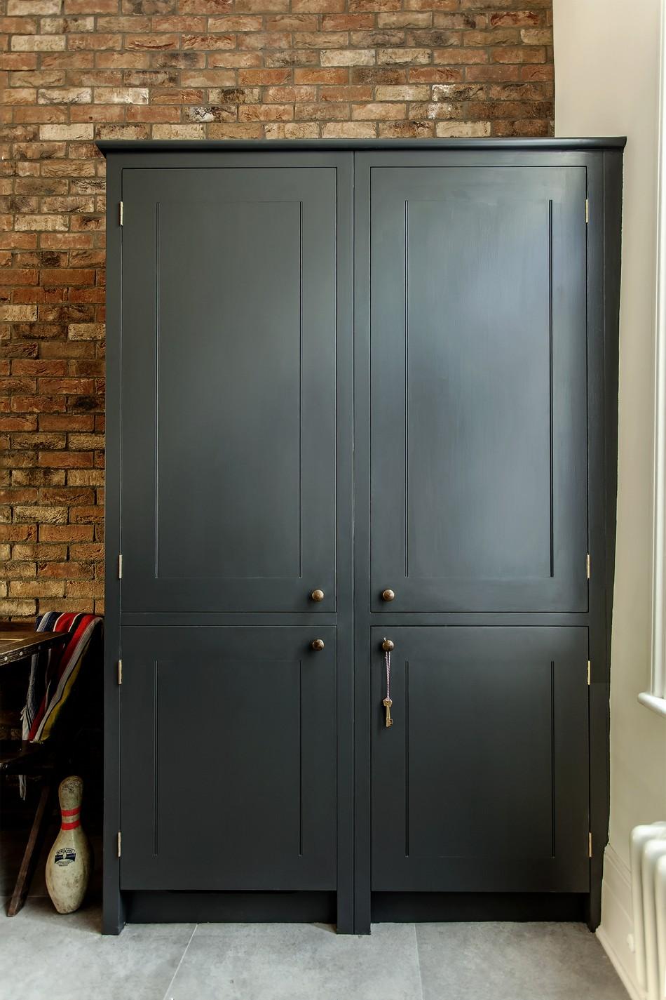 Чёрный большой стеллаж в интерьере кухни