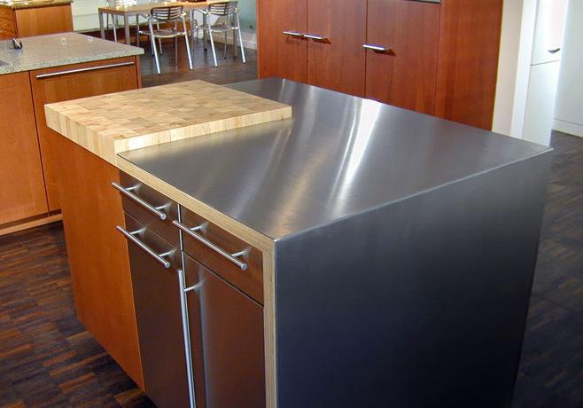 Столешница из комбинированных материалов в интерьере кухни