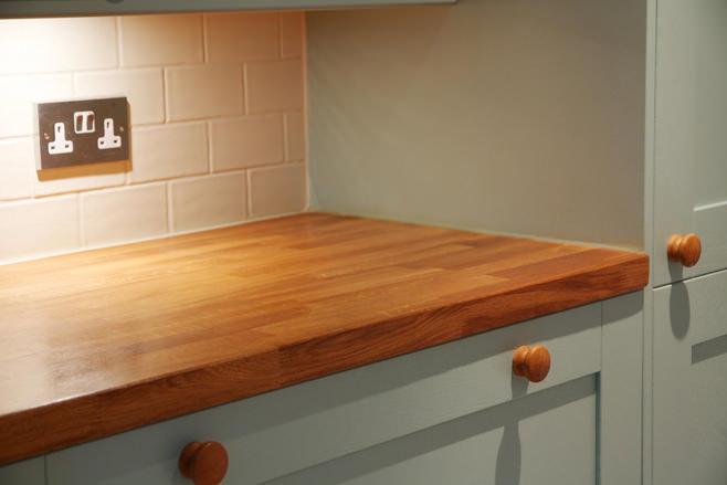 Деревянная столешница в интерьере кухни