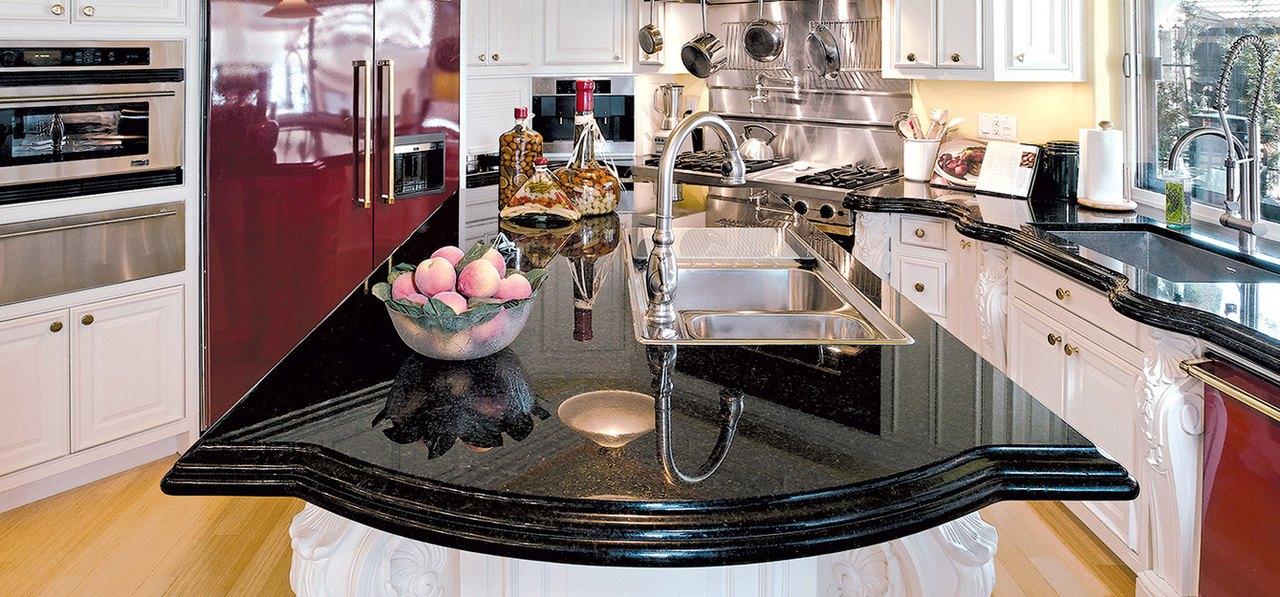 Кухонная столешница из гранита — подлинное украшение этого интерьера