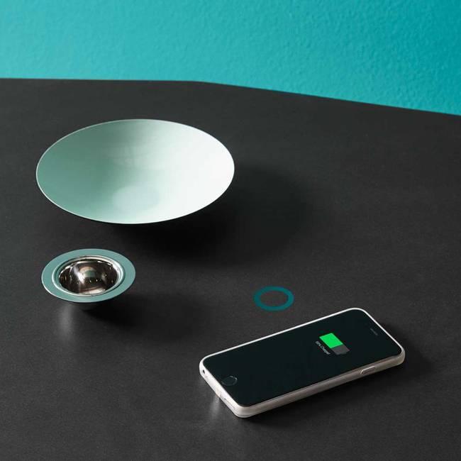 Кухонная столешница из камня с зарядкой для телефона