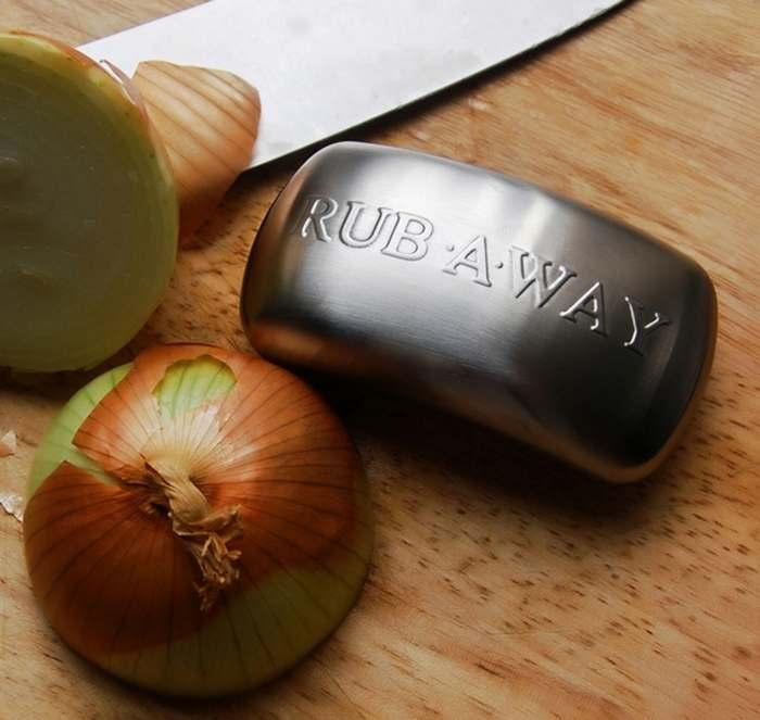 Кухонный гаджет: приспособление для устранения  резкого запаха продуктов с кожи рук