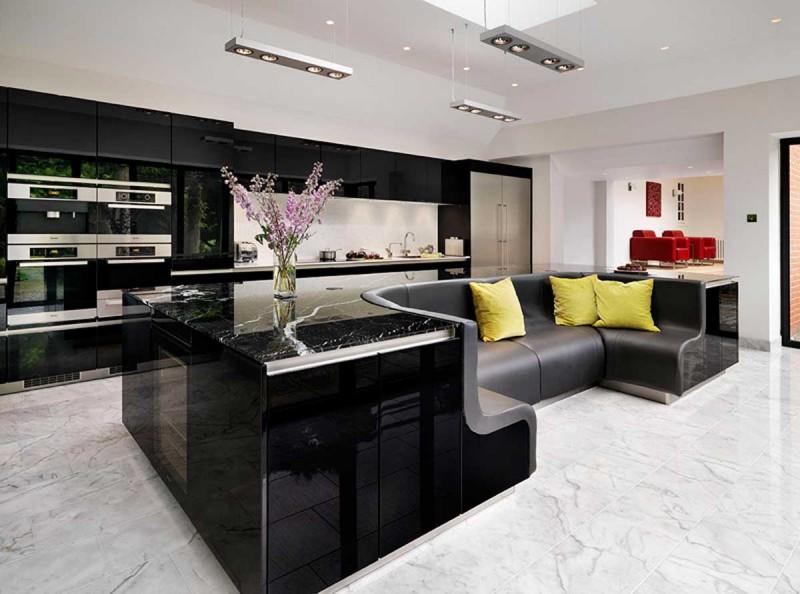 Встроенный диван в интерьере кухни