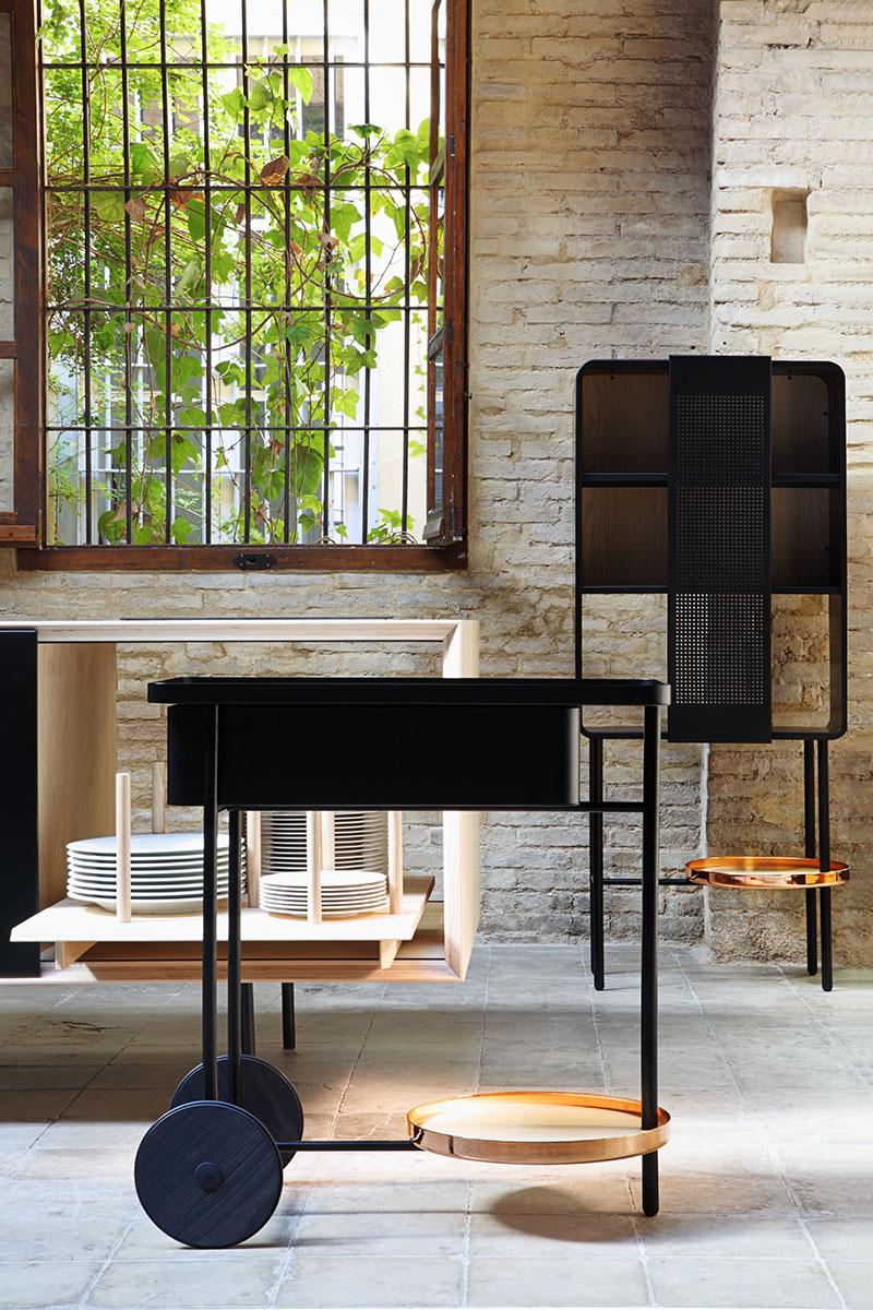 Кухонный гарнитур: черная мебель с золотыми акцентами