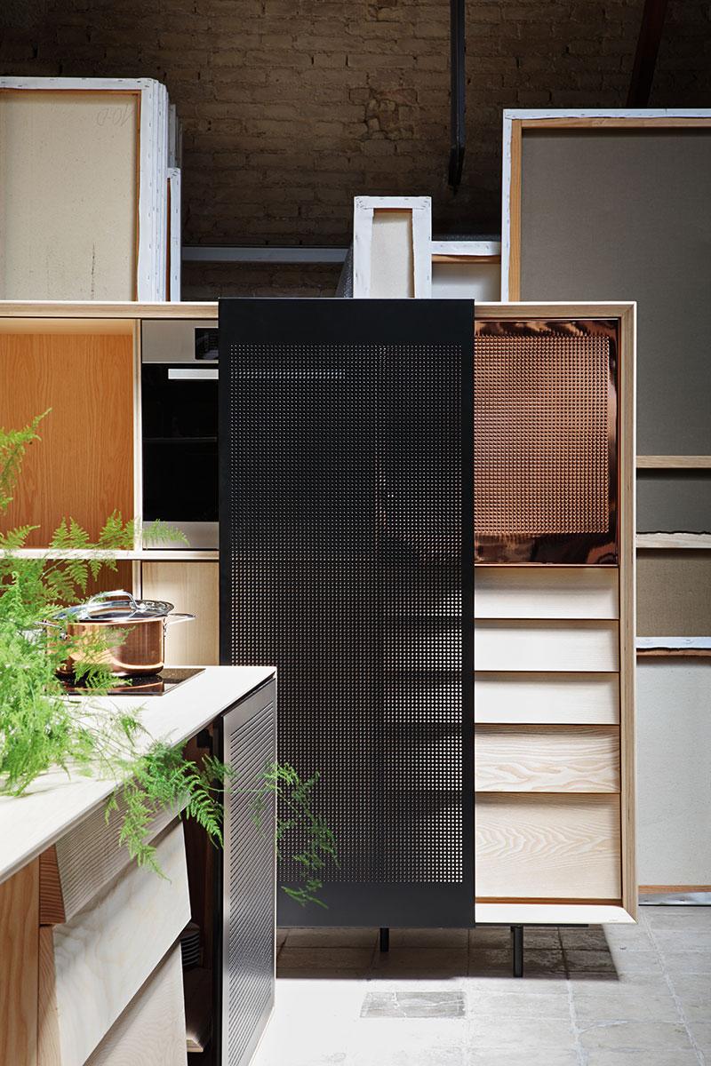 Кухонный гарнитур: стеллаж с множеством полок