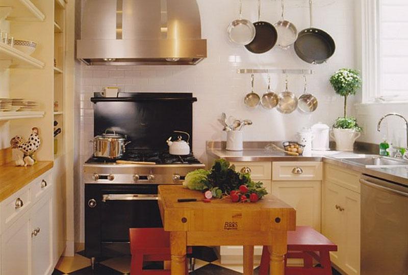 Деревянный кухонный остров в маленькой кухне