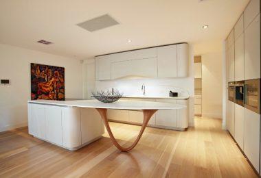 Кухонные гарнитуры в интерьере светлой кухни