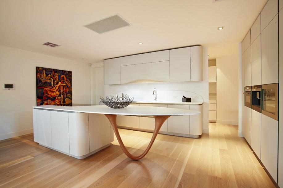 Кухонные гарнитуры в интерьере просторной кухни