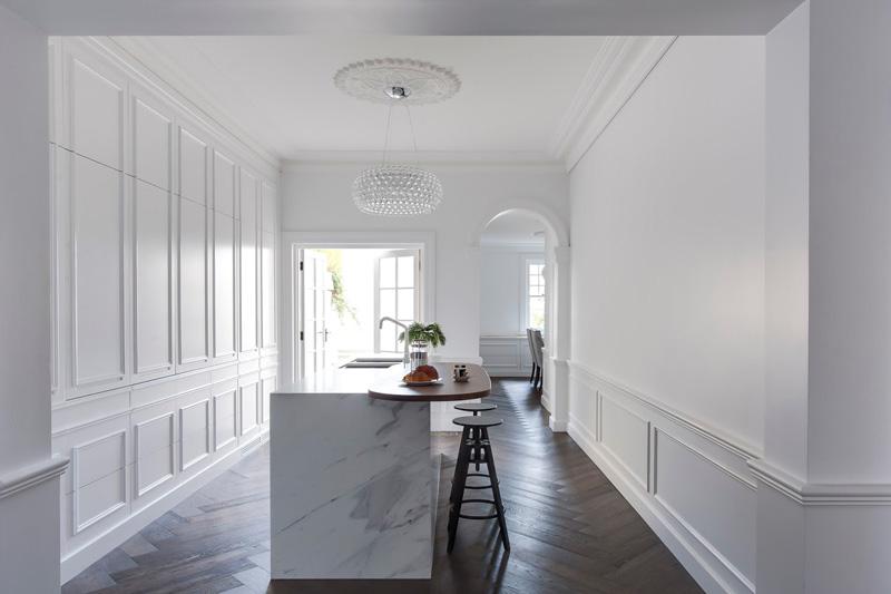 Кухонные гарнитуры в интерьере: белоснежные стены и потолок