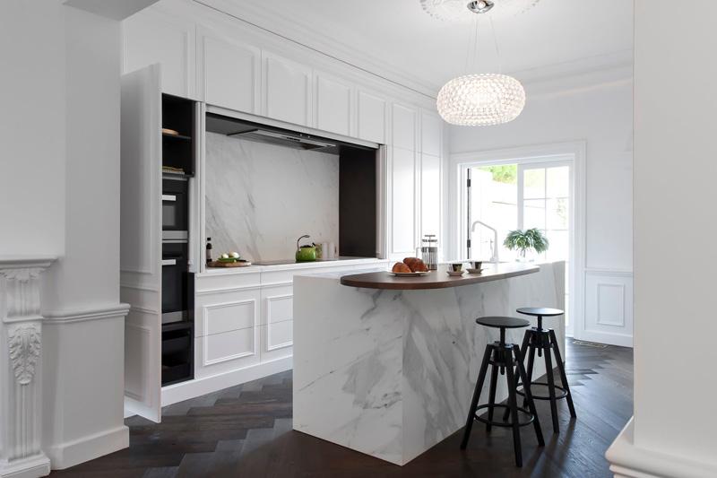 Кухонные гарнитуры в интерьере: кухонный остров из мрамора