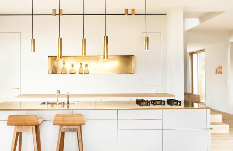 Кухонные гарнитуры в интерьере: яркие золотые акценты