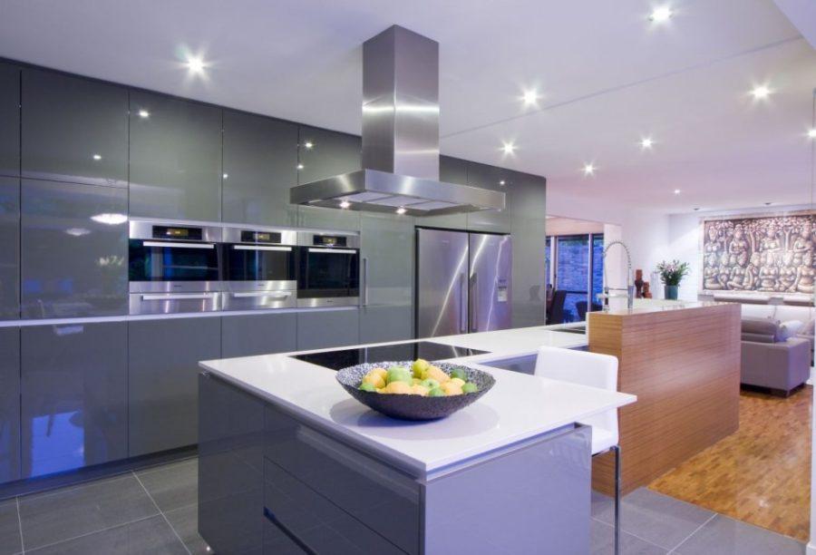 Кухонные гарнитуры в интерьере: точечные светильники на потолке