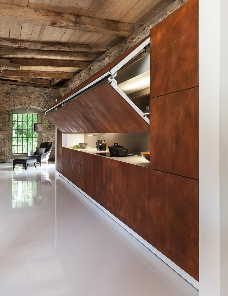 Кухонные гарнитуры в интерьере со скрытым механизмом