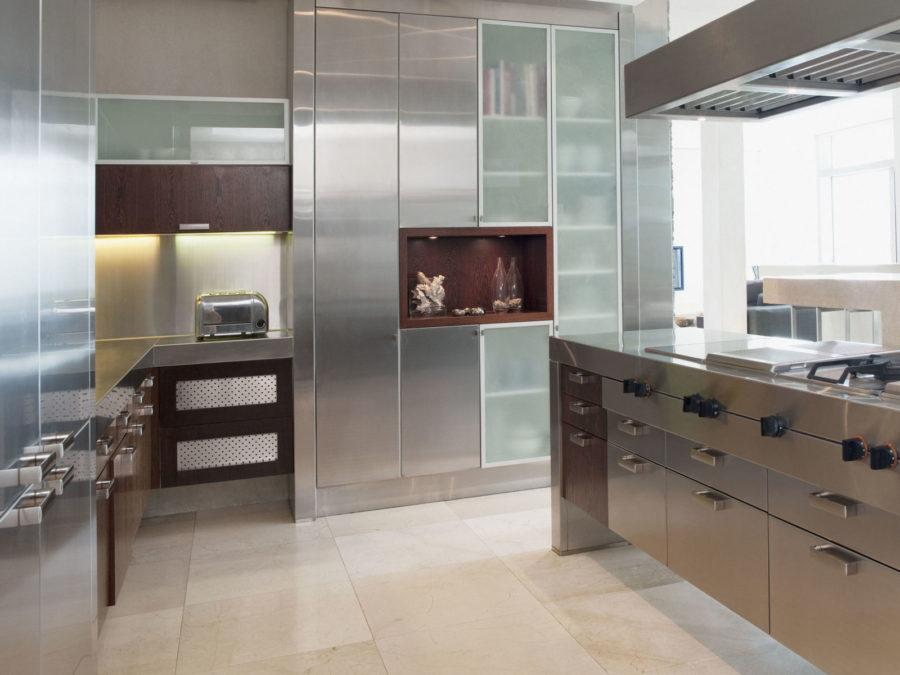 Кухонные гарнитуры в интерьере: мебель из нержавеющей стали