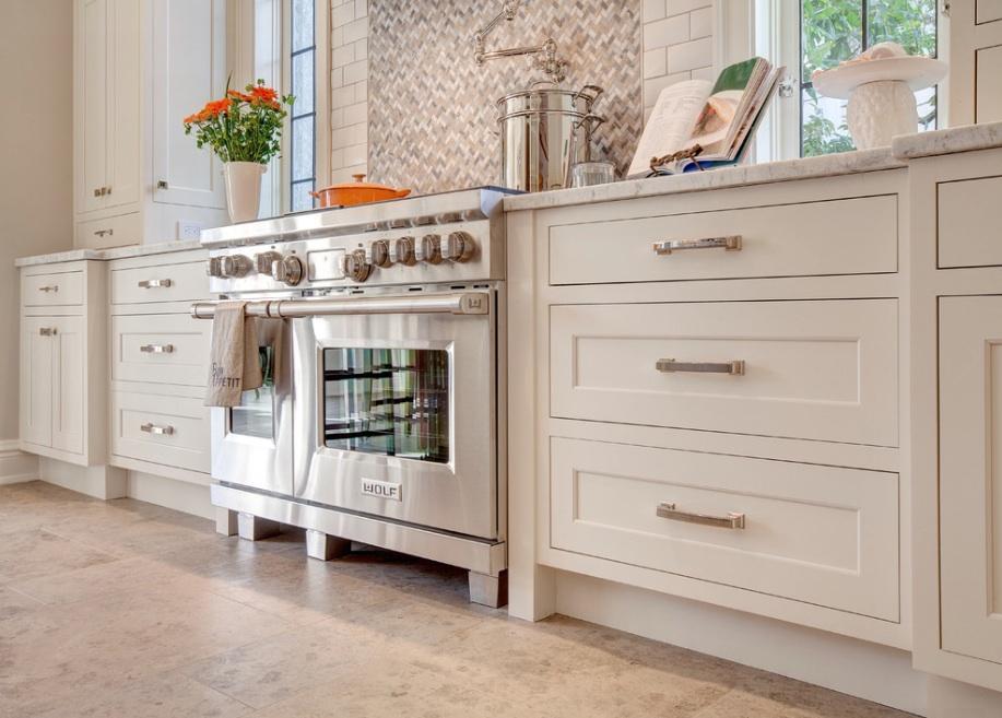 Классические белые кухонные шкафы