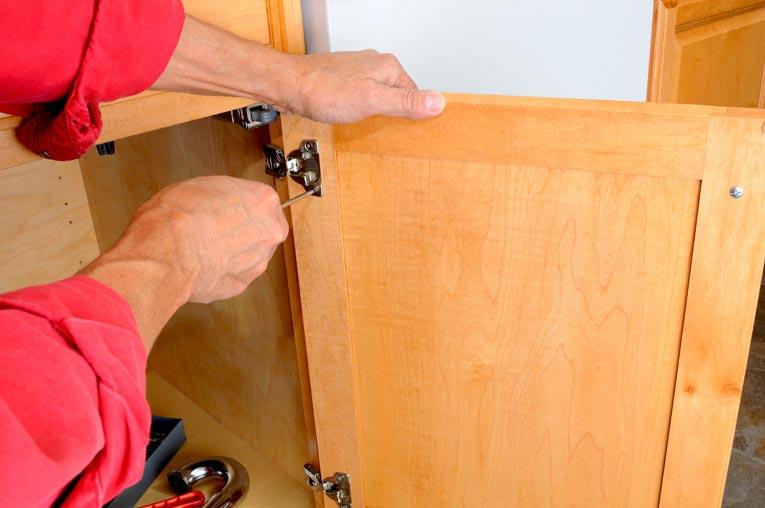 Перед окраской необходимо снять дверки и оборудование