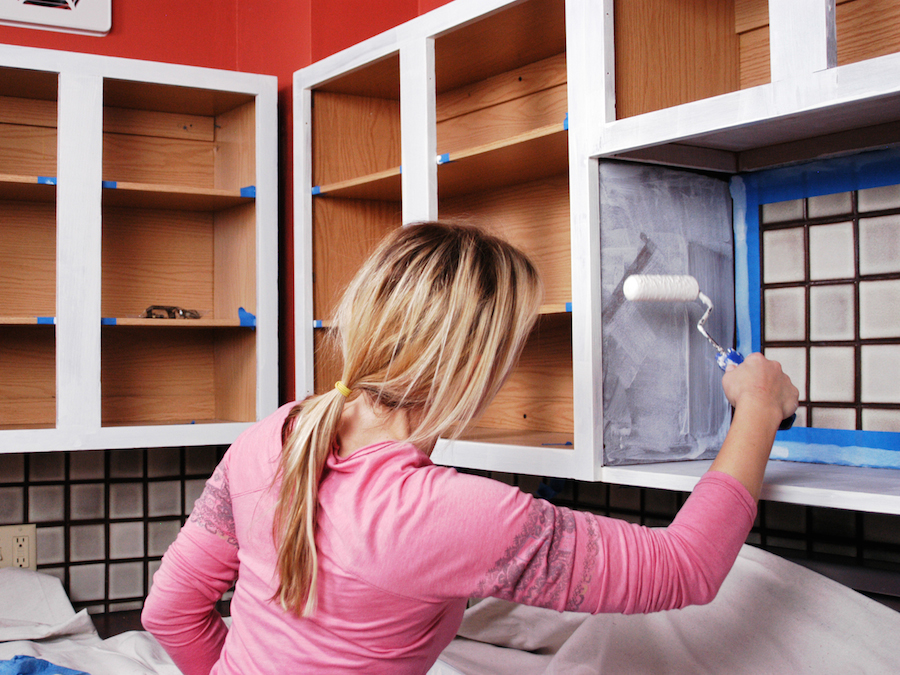 Нанесение грунтовки на стенки шкафчика