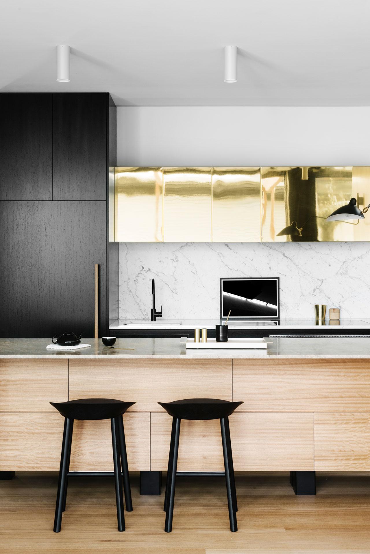Кухонные современные шкафы - золотистый в интерьере