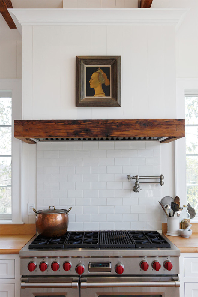 Оригинальный дизайн кухонной вытяжки в интерьере кухни - Фото 2