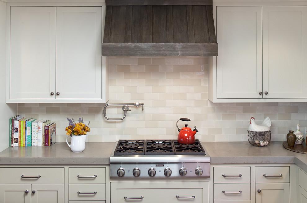 Оригинальный дизайн кухонной вытяжки в интерьере кухни - Фото 3