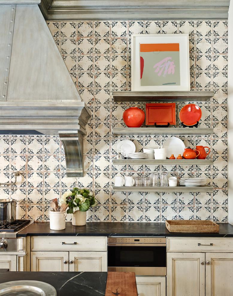 Оригинальный дизайн кухонной вытяжки в интерьере кухни - Фото 9