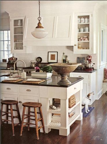 Оригинальный дизайн кухонной вытяжки в интерьере кухни - Фото 16