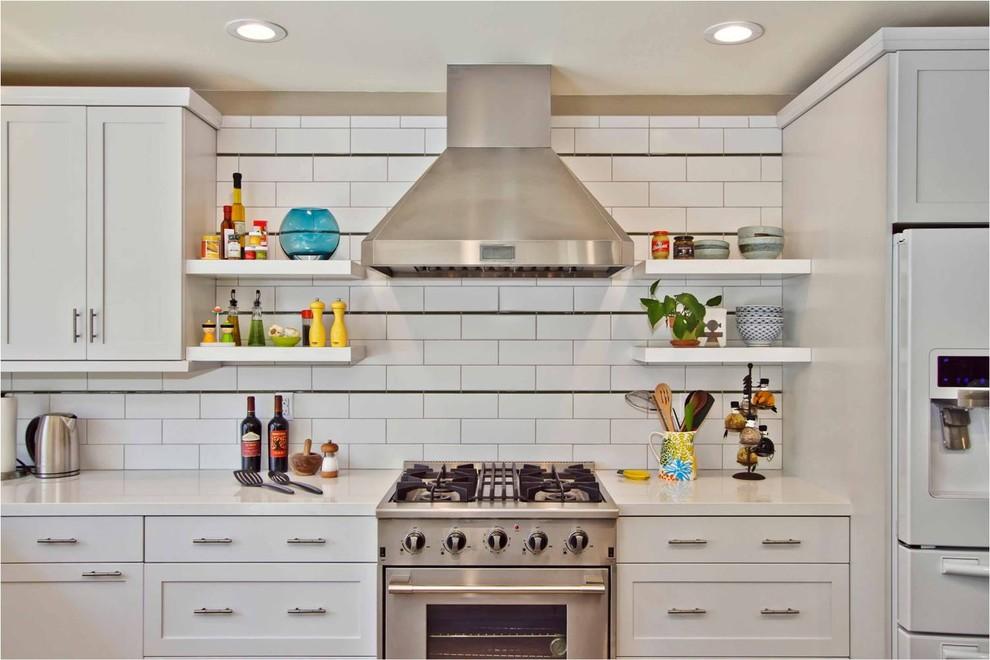 Оригинальный дизайн кухонной вытяжки в интерьере кухни - Фото 22
