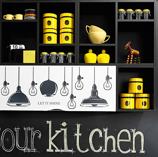 Яркие наклейки на фасаде кухонного гарнитура