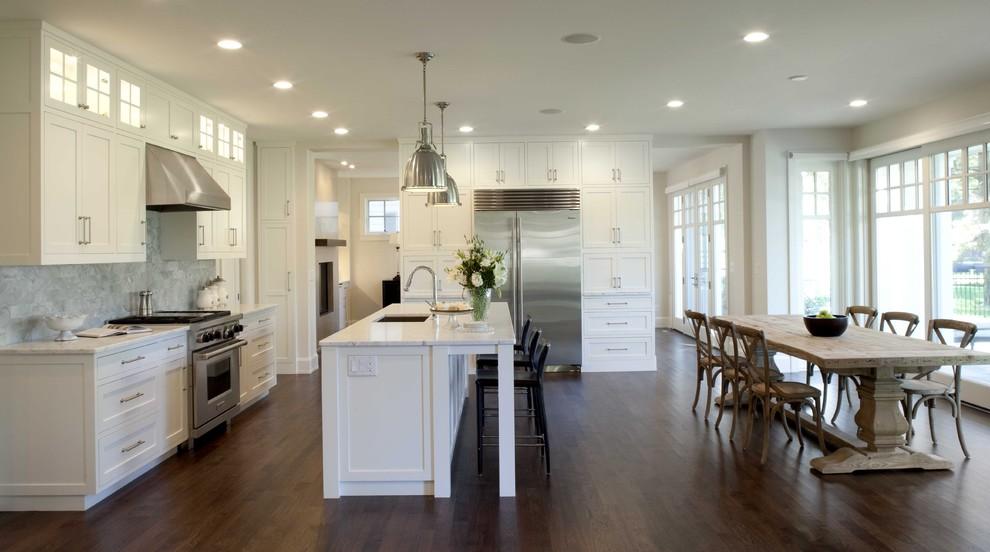 Оригинальные подвесные светильники в дизайне интерьера кухни от Charlie & Co. Design, Ltd