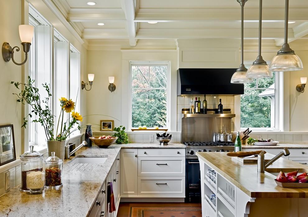 Оригинальные подвесные светильники в дизайне интерьера кухни от Smith & Vansant Architects PC
