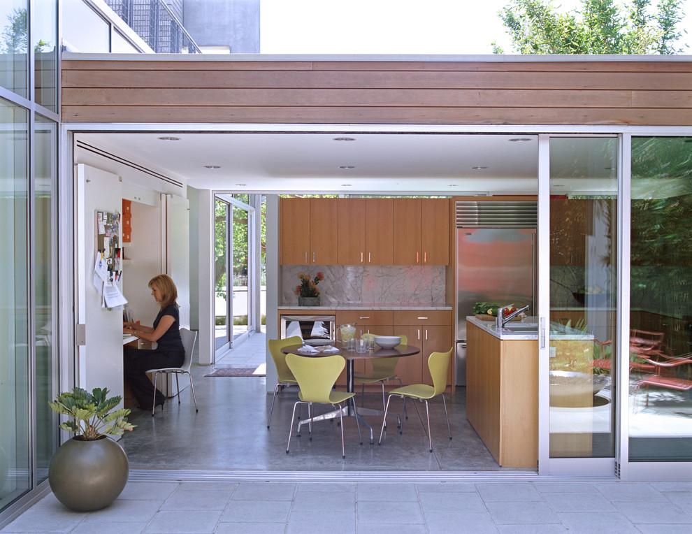 Панорамные окна и раздвижные стеклянные двери в интерьере кухни от Paul Davis Architects