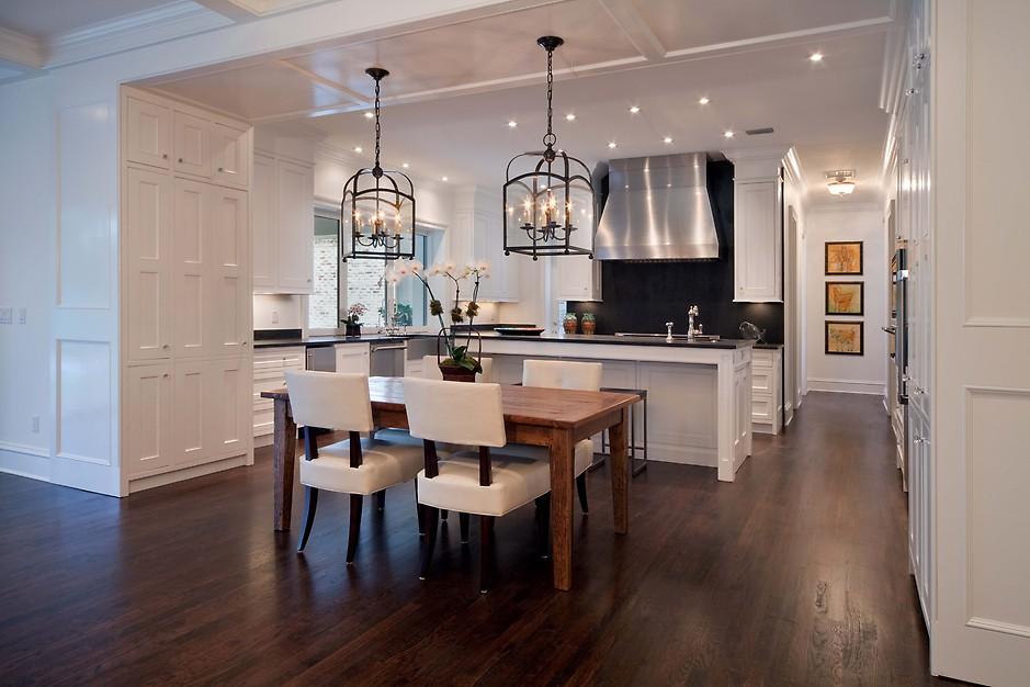 Оригинальные подвесные светильники в стильном интерьере кухни