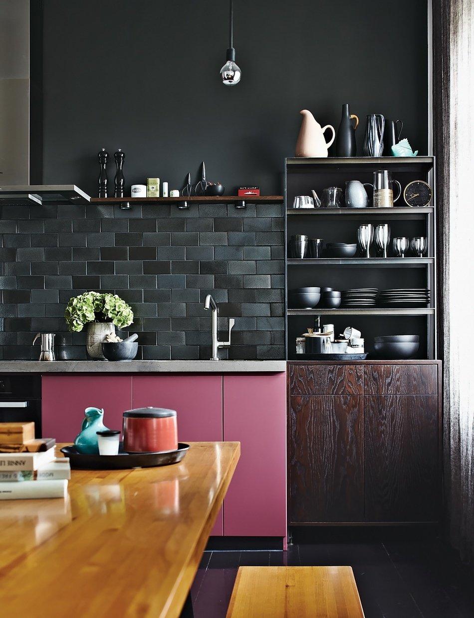 Оригинальный дизайн интерьера чёрно-лиловой кухни от Peter Fehrentz