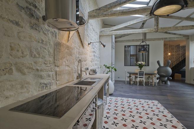 Деревянные балки в интерьере кухонной зоны в стиле лофт
