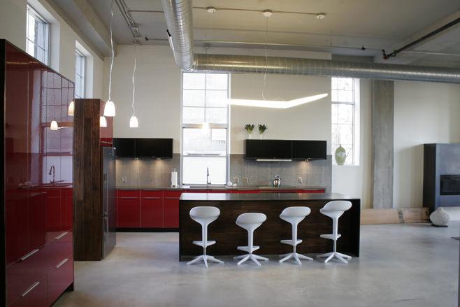 Оригинальный интерьер кухни с барной стойкой в стиле лофт