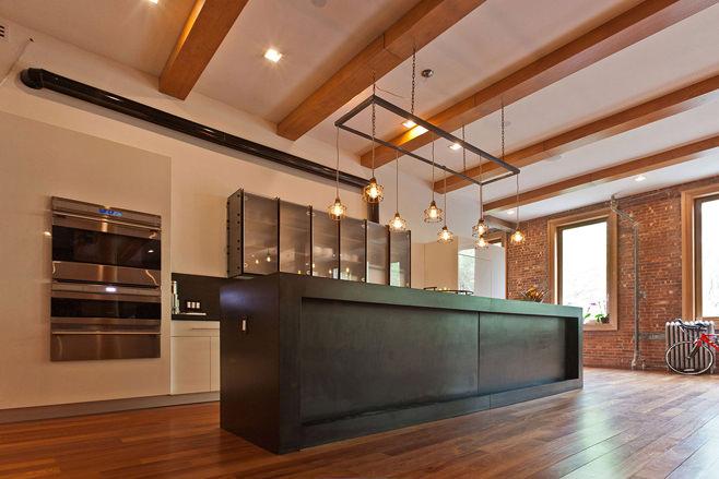 Деревянные балки в интерьере островной кухни в стиле лофт