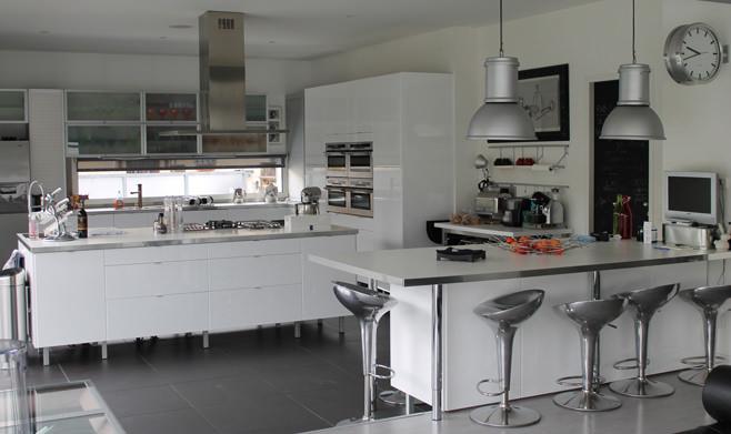 Современная кухня с барной стойкой в стиле лофт