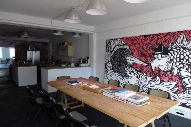Интерьер островной кухни со столовой в стиле лофт