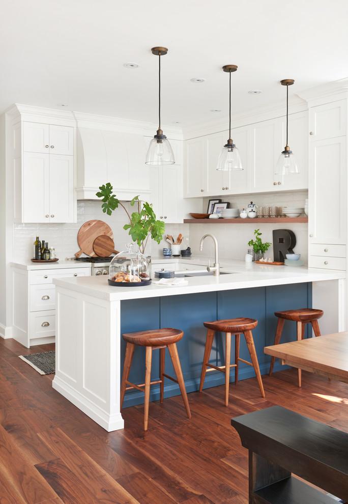 Стильные идеи дизайна интерьера кухни - синий акцент в интерьере
