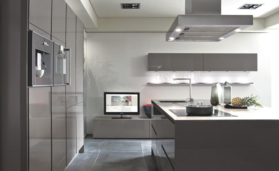 Минималистский дизайн кухни S2 от SieMatic  в серой гамме