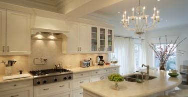 Красивая люстра в дизайне интерьрп белоснежной кухни