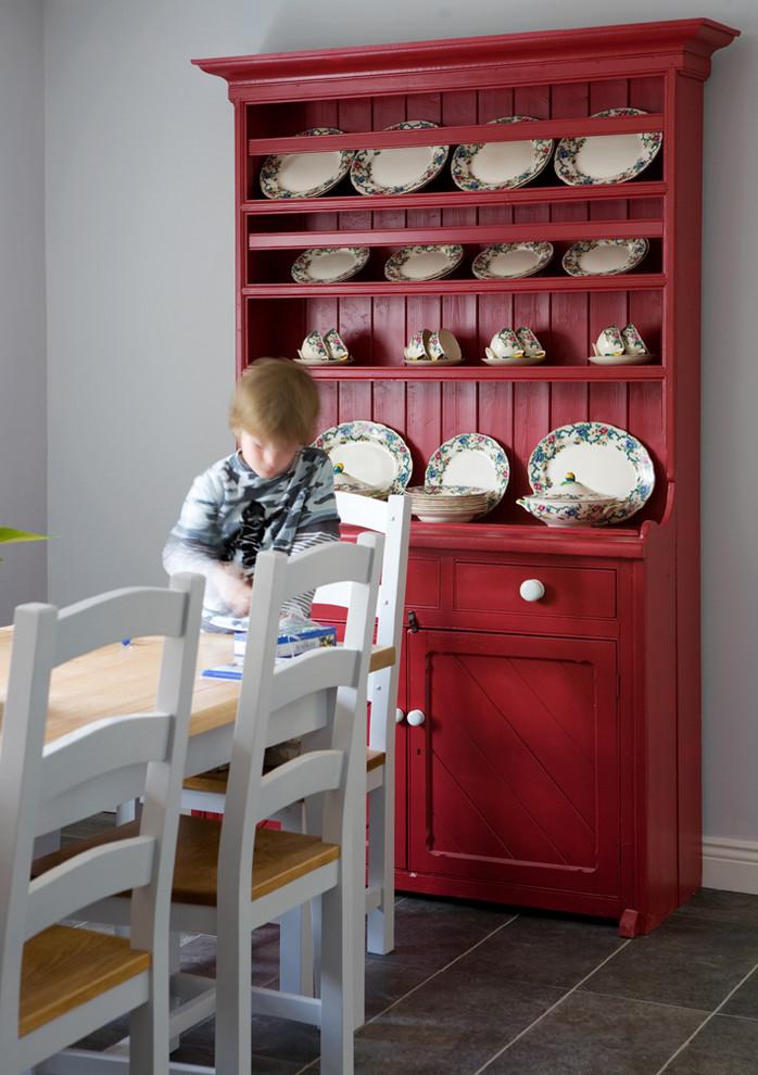 Кухонный буфет в красном цвете