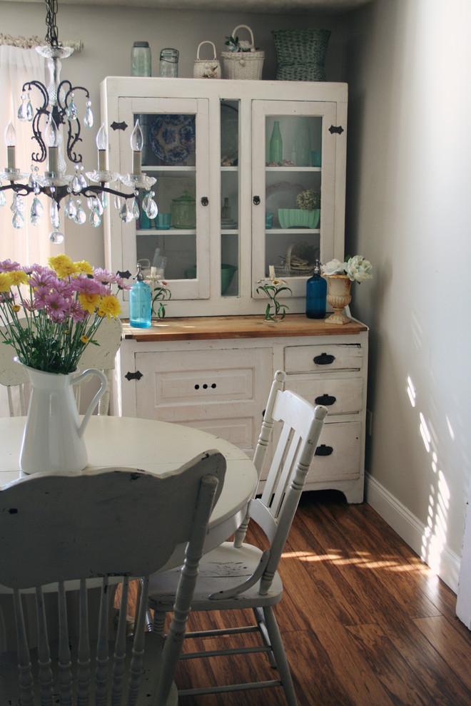 Белый кухонный буфет «под старину» в интерьере кухни