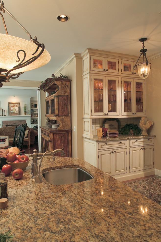 Винтажный кухонный буфет в современном интерьере