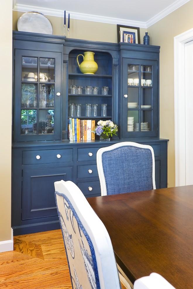 Вместительный синий буфет с открытыми полками и стеклянными дверцами