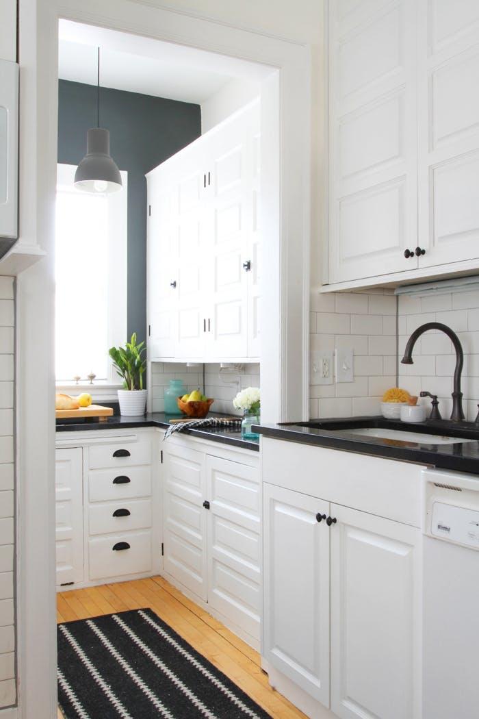 Кухня с белоснежными фасадами