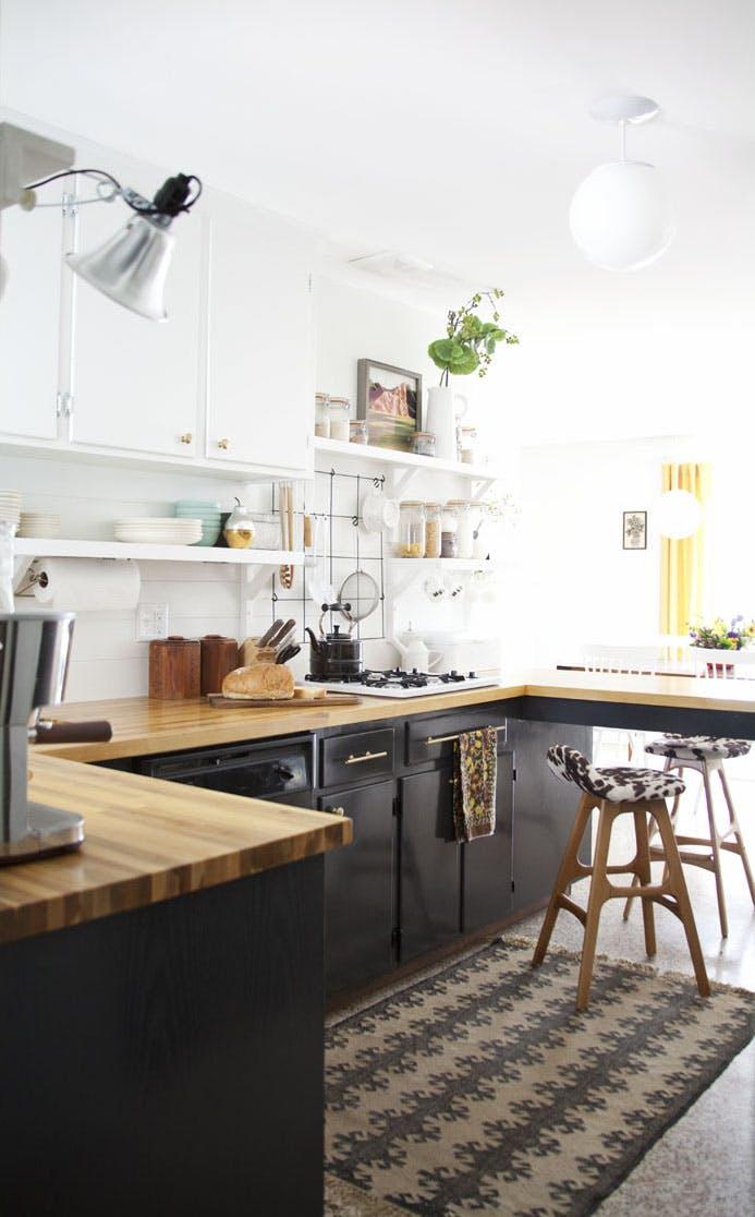Кухня с контрастными по цвету шкафчиками